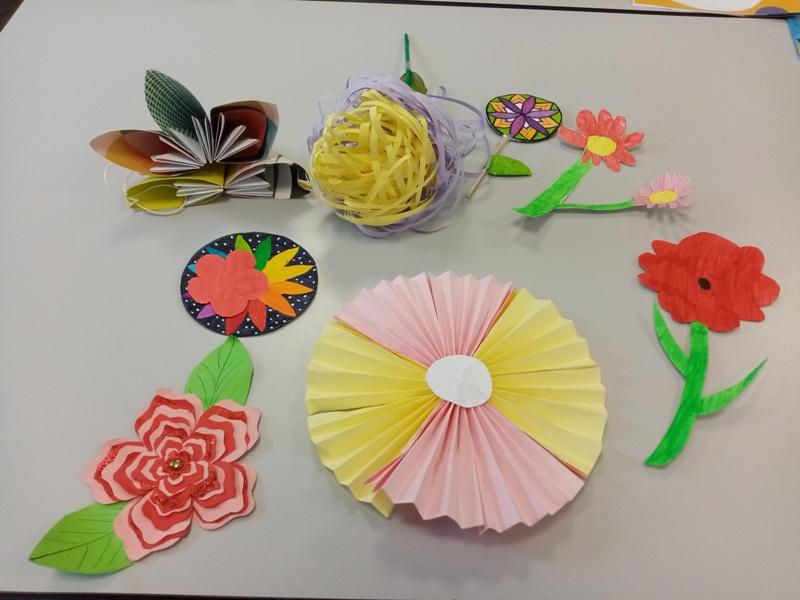 fleurs-en-papier-pour-decorer-la-maison-de-retraite